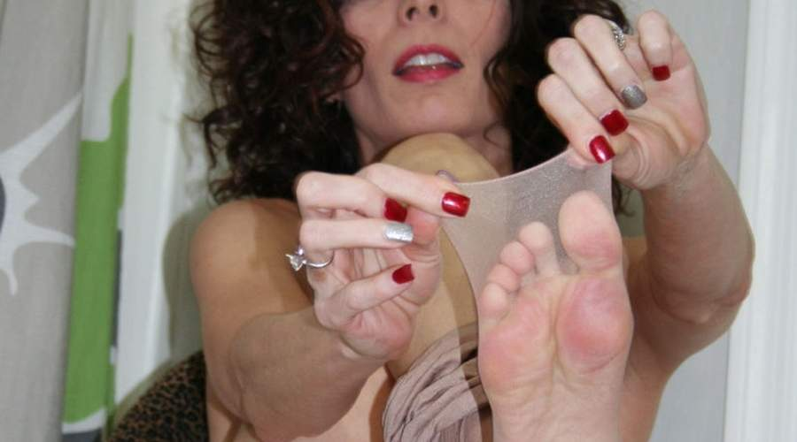 Milf ninfomane e feticista incontra maschi feticisti dei piedi